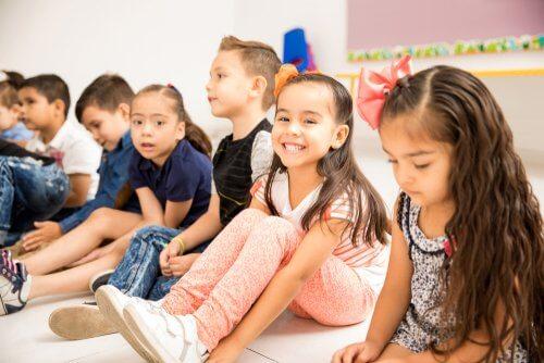 sınıfta oturan çocuklar