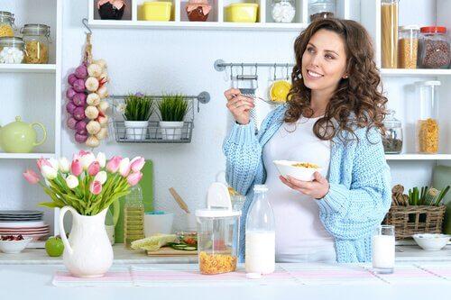 vejetaryen kahvaltı eden hamile kadın