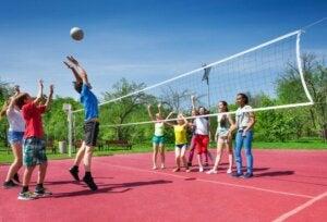 Voleybol oynayan çocuklar