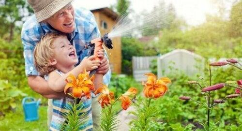 bahçeyi sulayan çocuk