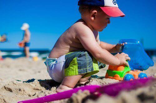 kumsalda oynayan çocuk