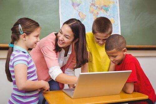 bilgisayara bakan öğretmen ve öğrenciler