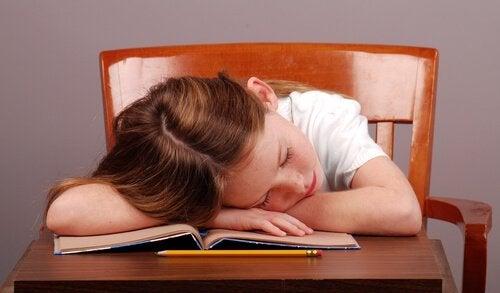 kitap okurken uyuyakalan kız