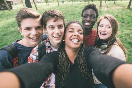 mutlu gençler