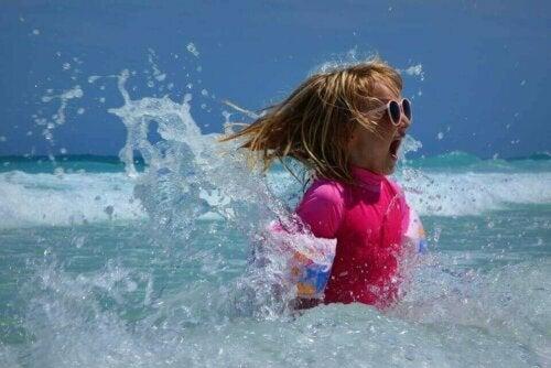 denize giren çocuk