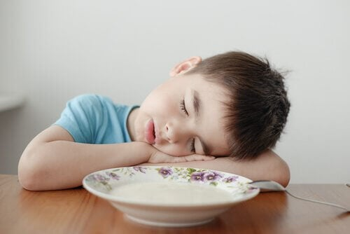yemek yerken uyuyakalan çocuk