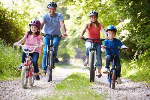 Ormanda bisiklete binen dört kişilik aile