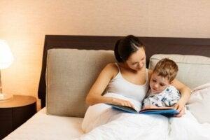 Anne ve oğlu yatakta kitap okuyor