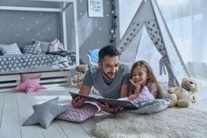 Baba ve kız kitap okuyorlar