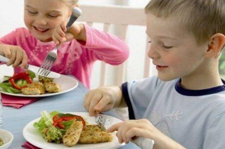 balık yiyen çocuklar
