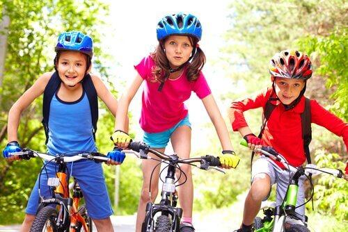 Bisiklete binmeyi öğrenen çocuklar