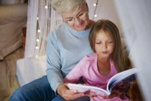 Büyükanne ve torun kitap okuyor