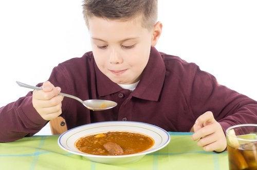 yumuşak diyet yapan çocuk