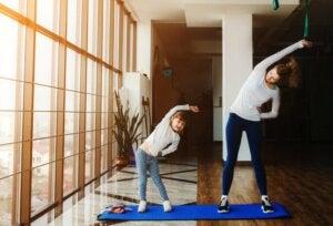 Evde egzersiz yapan anne ve kız