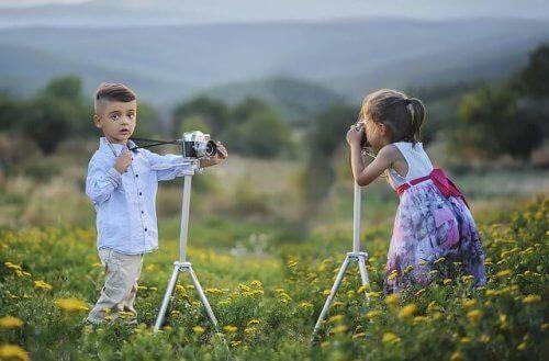 tripodla fotoğraf çeken iki çocuk