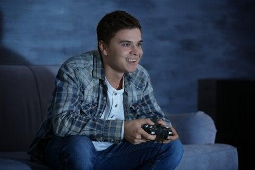gece konsol oyunu oynayan mutlu ergen