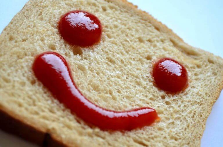 Ketçapla gülen surat çizilmiş sandviç ekmeği