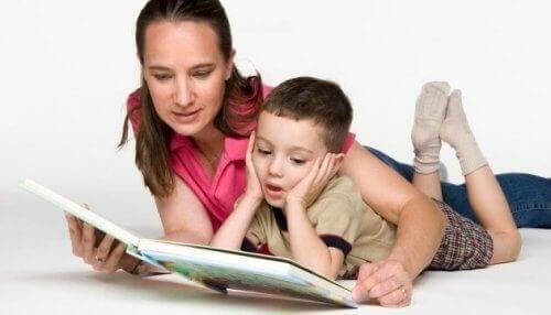 kitap okuyan anne çocuk