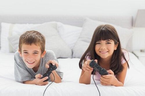 konsol oyunu oynayan mutlu çocuklar