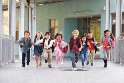 okulda koşan çocuklar