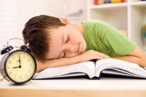 ödev yaparken uyuyan çocuk