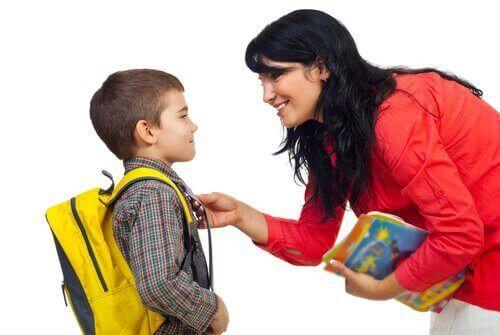okul çantalı çocuk anne