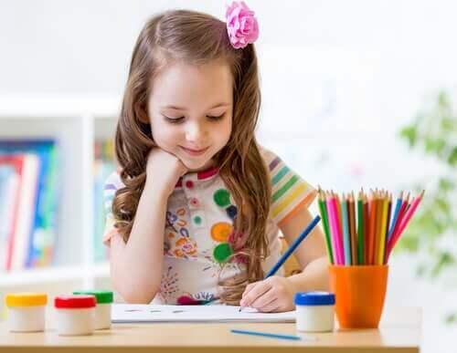 renkli kalemler boyama yapan küçük kız