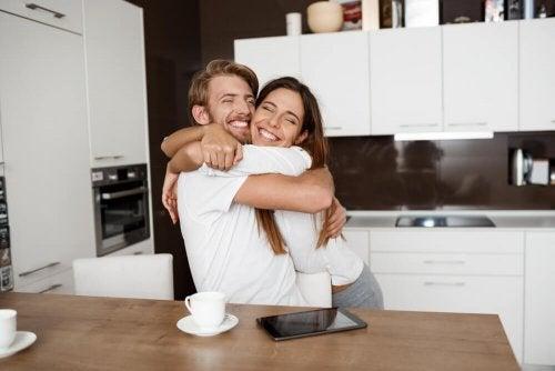 Mutfakta mutlulukla sarılan çift