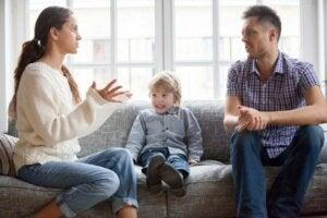 Tartışan anne ve baba ile çocuk