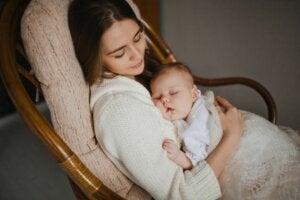 Teyzesinin kucağında uyuyan bir bebek