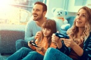 Video oyunu oynayan bir aile