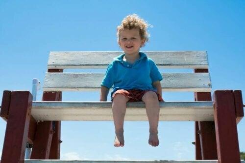 bankta oturan çocuk