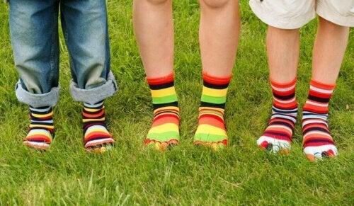 çorap giyen çocuklar