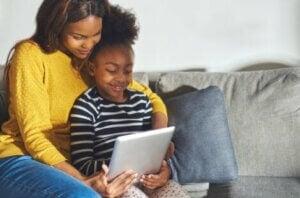 Anne ve kızı tabletten ders çalışıyor