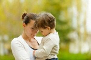 Ayrılık kaygısı yaşayan oğluna yardım eden anne
