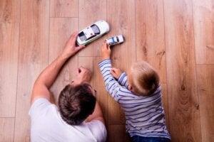 Baba ve oğlu arabalarla oynuyor