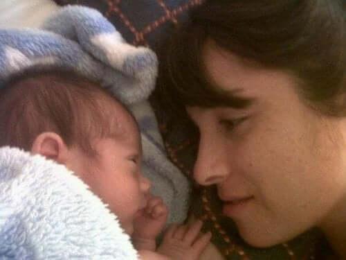 Bebeğine bakan anne