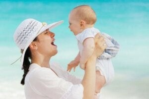 Bebeğini kucağına alan bir anne