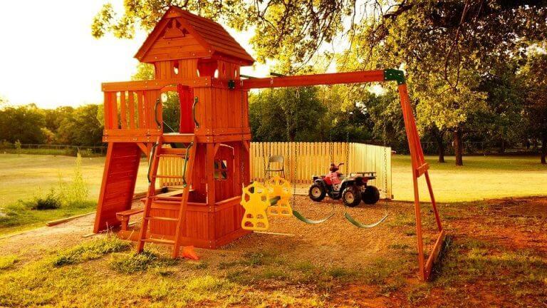Öğle tatili öncesi boş çocuk parkı