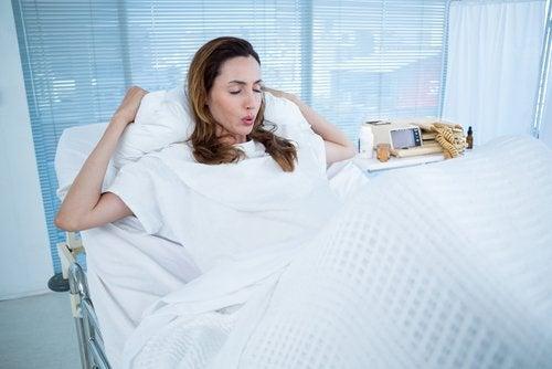 Hastane odasında doğum için nefes egzersizi yapan anne