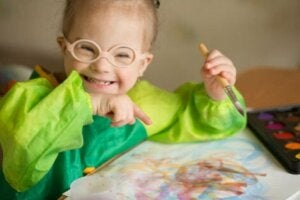 Down sendromlu kız resim çiziyor
