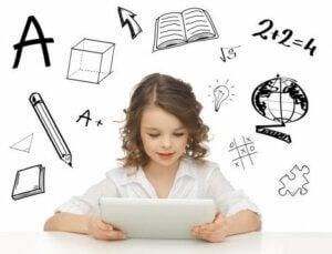 Eğitici uygulamalar ve tablete bakan kız