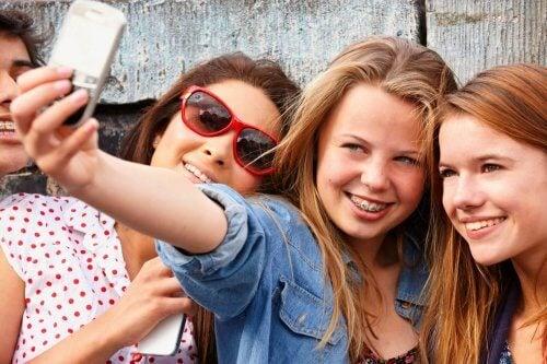 Genç kızlar selfie çekiyor