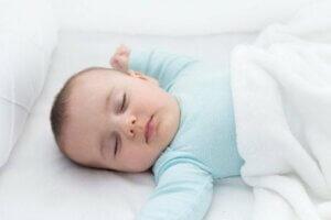 Mavi giysili bebek uyuyor