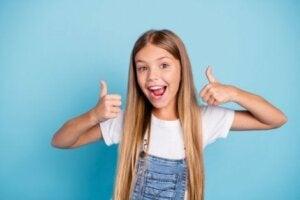 Pozitif bir şekilde gülen bir kız