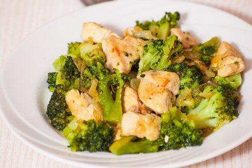 Tavuklu brokoli yemeği