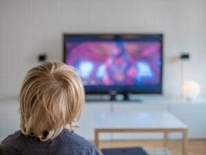 Televizyonda film izleyen çocuk