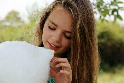 pamuk şeker yiyen kız