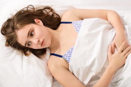 yatakta yatan kadın