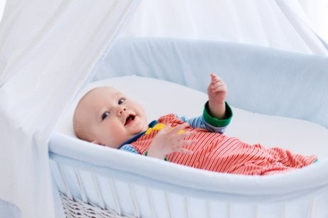 beşikte yatan bebek